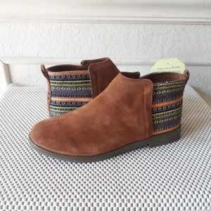 Tom's suede boots